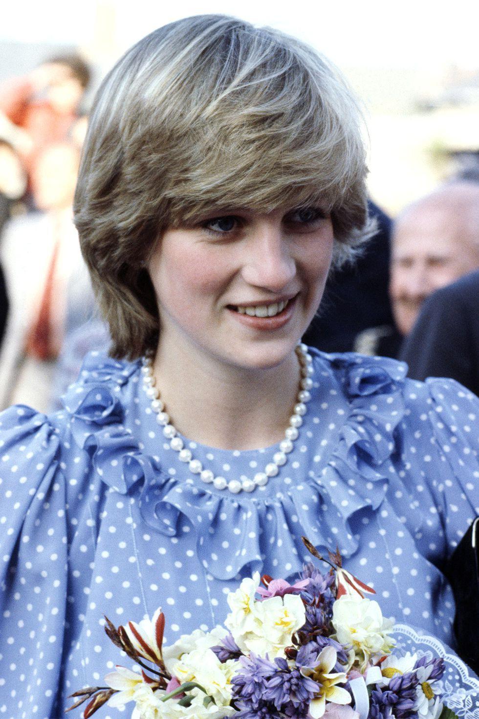 Mấy ai để ý rằng Công nương Diana cũng có 1 thời để tóc lỡ vai đầy dịu dàng và trang nhã đến vậy-2