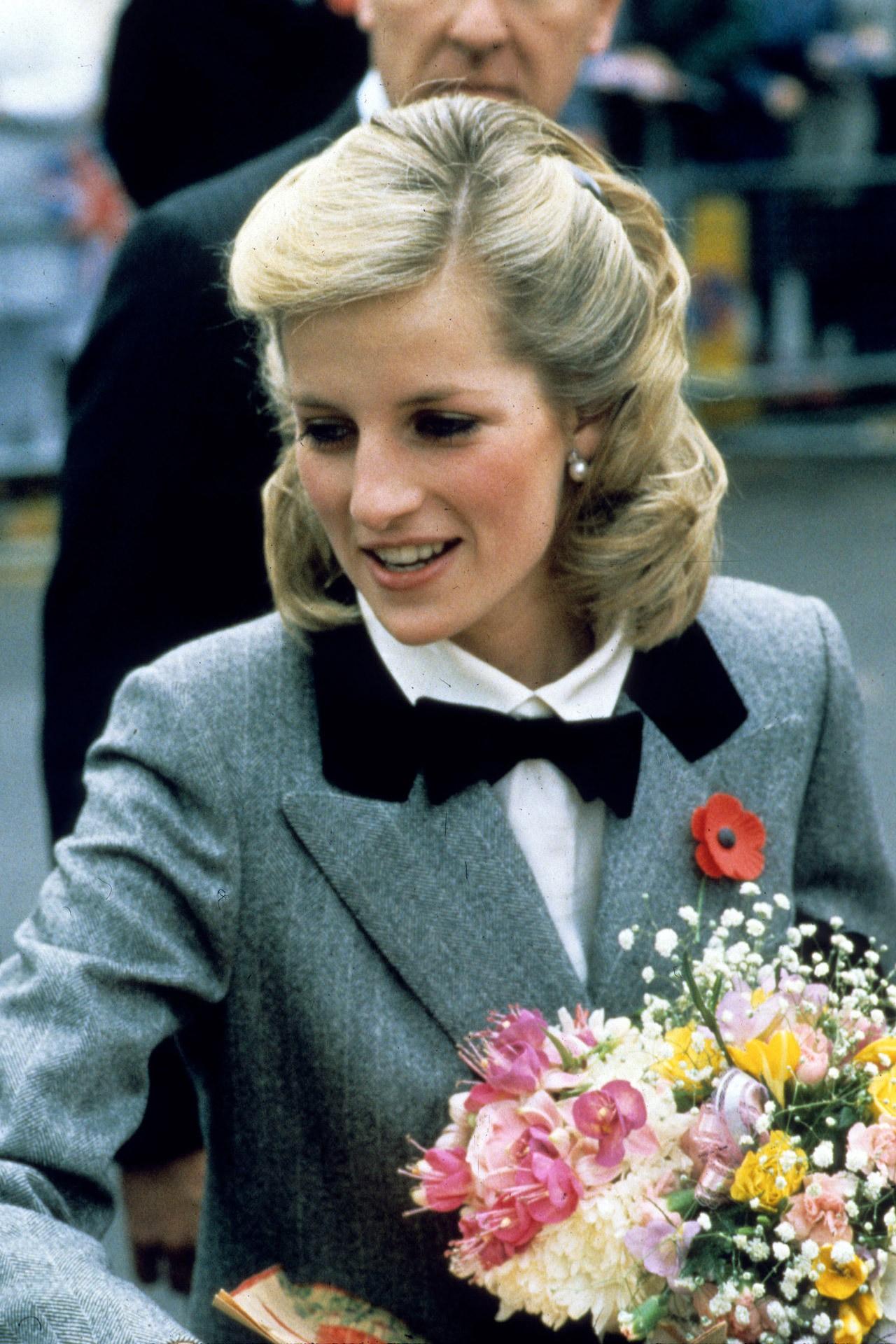Mấy ai để ý rằng Công nương Diana cũng có 1 thời để tóc lỡ vai đầy dịu dàng và trang nhã đến vậy-5