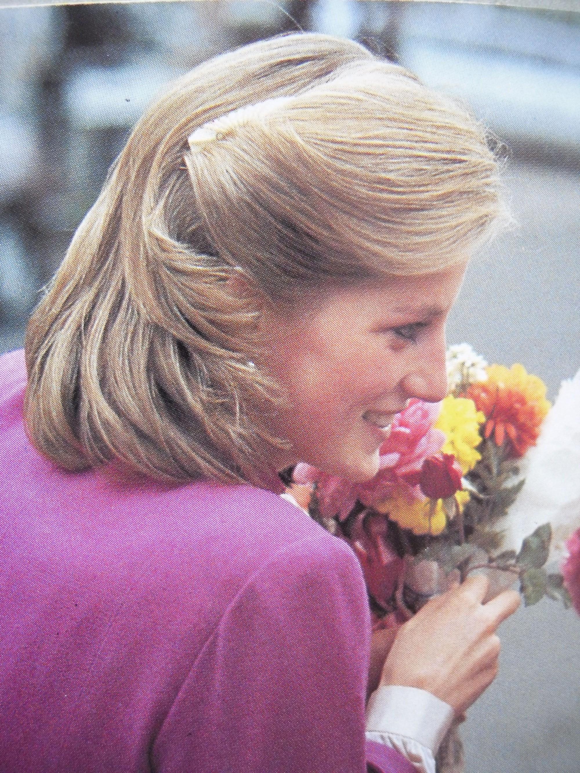Mấy ai để ý rằng Công nương Diana cũng có 1 thời để tóc lỡ vai đầy dịu dàng và trang nhã đến vậy-6