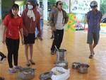 Phụ huynh lọt được vào trường và chứng kiến con ăn cơm mốc: Do gạo ruộng, không hóa chất?-2