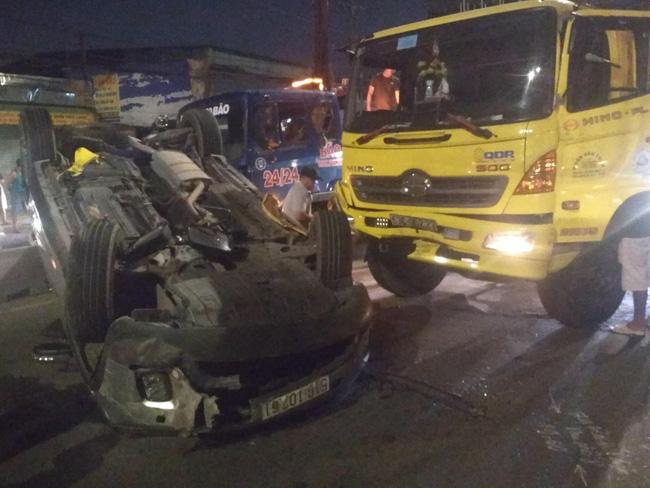 Xe tải húc bay ô tô 7 chỗ lật ngửa, em bé cùng 3 người thân la hét cầu cứu-2