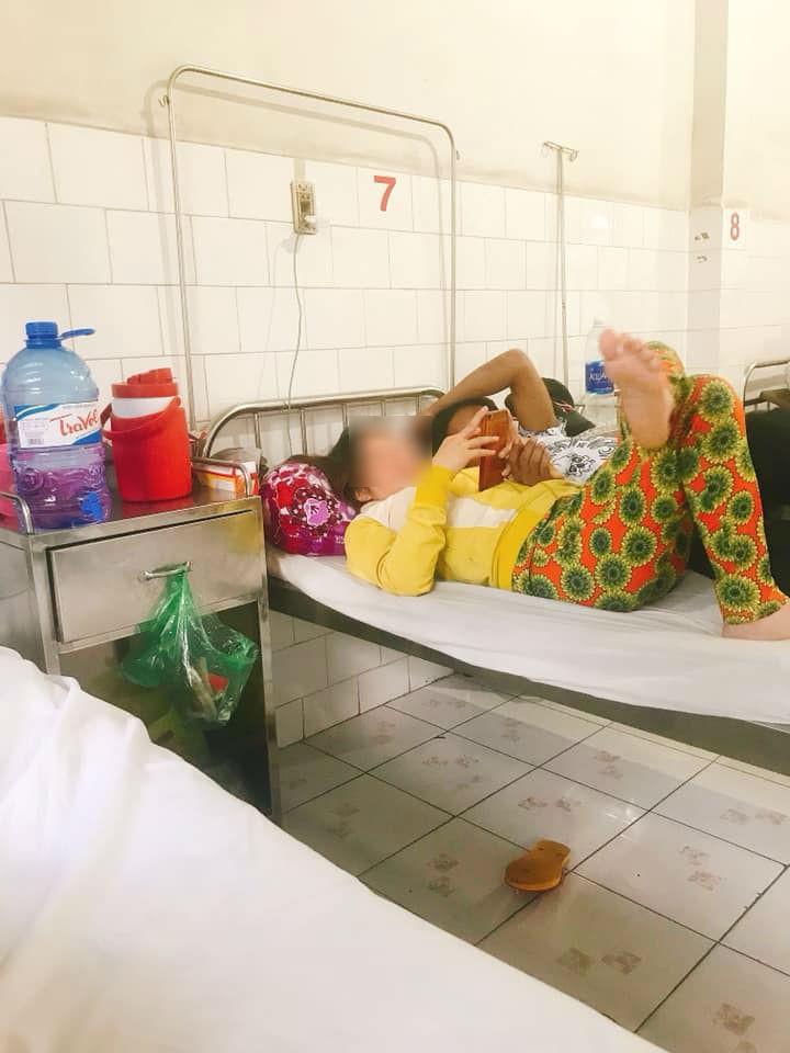 Nhức mắt với chị gái giường bên vừa ở bẩn vừa vô ý, lại còn tí toáy với bồ ngay trong bệnh viện-2