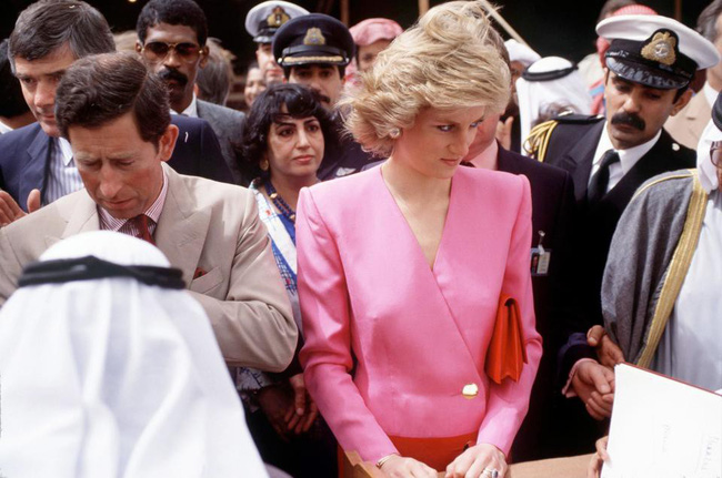 Hé lộ nguyên do thực sự khiến Công nương Diana thường cúi đầu, nhìn xuống dưới khi xuất hiện trước công chúng-1