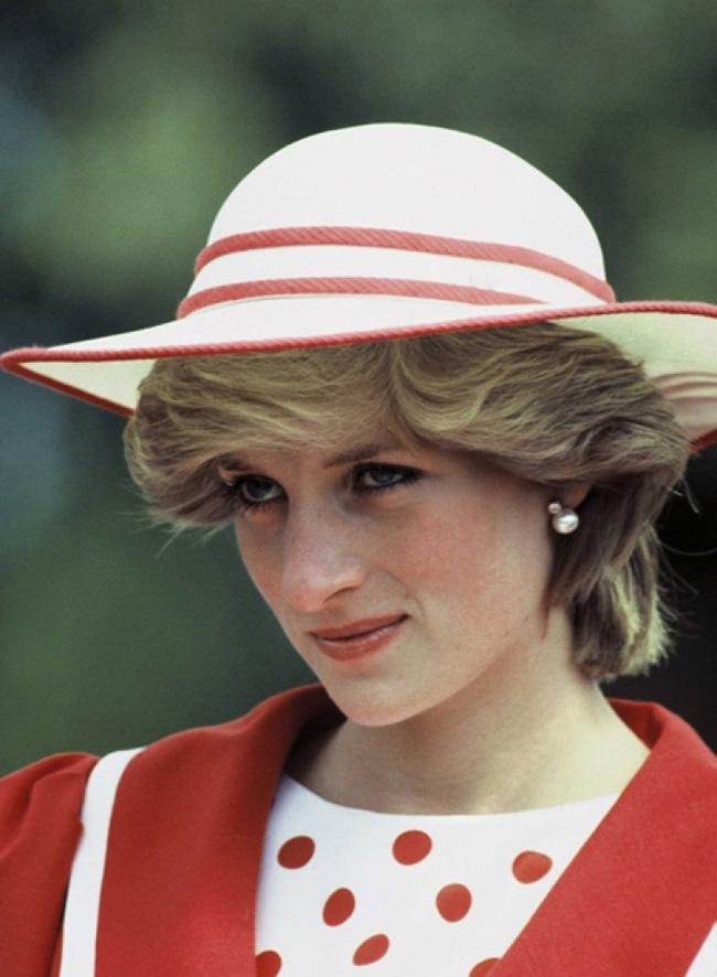 Hé lộ nguyên do thực sự khiến Công nương Diana thường cúi đầu, nhìn xuống dưới khi xuất hiện trước công chúng-2