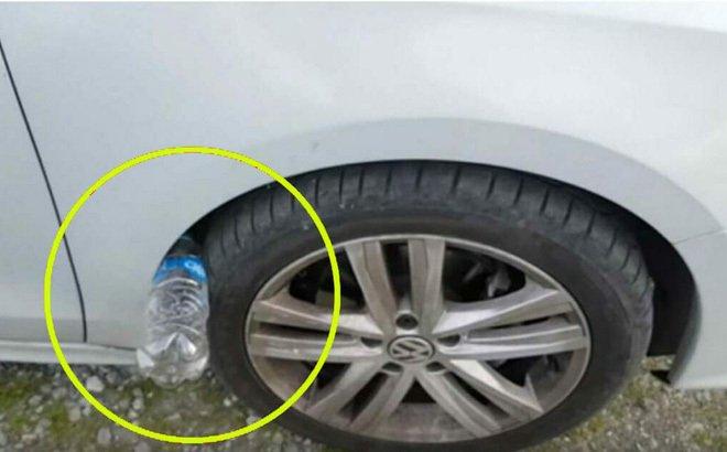 Nếu thấy lốp xe ô tô của bạn có nhét 1 chai nhựa, đừng chạm vào, hãy báo cảnh sát ngay-1