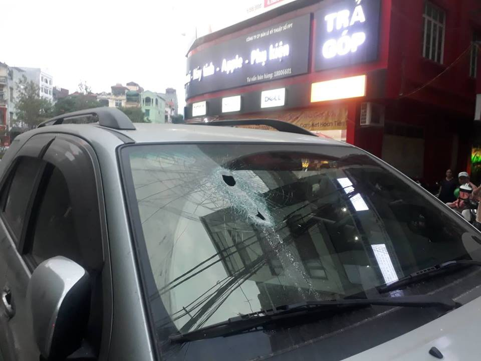 Hà Nội: Vừa dừng đỗ bên đường, xe ô tô bị thanh sắt rơi xuyên kính lái-2
