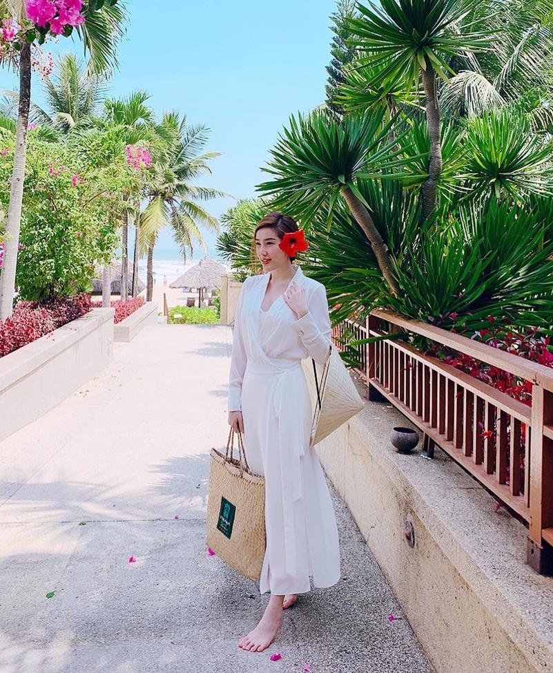 Street style sao Việt: Thanh Hằng - Minh Hằng chất chơi đẹp cả đôi, Hà Tăng tối giản vẫn thần thái-5