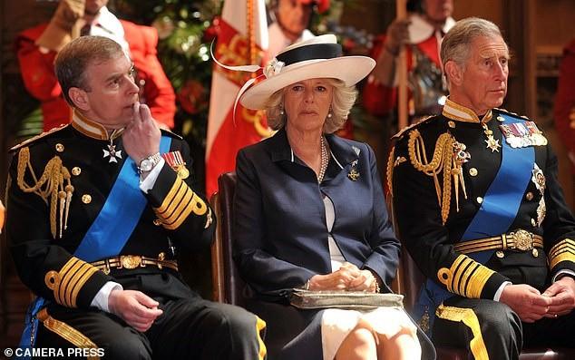 Bà Camilla gây choáng khi nhận lời tiệc tùng, bỏ qua đám cưới cháu gái Nữ hoàng Anh, bắt nguồn từ mối hận truyền kiếp-2