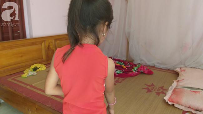 Bé gái 6 tuổi thơ ngây kể lại giây phút bị hàng xóm kéo vào buồng xâm hại-1