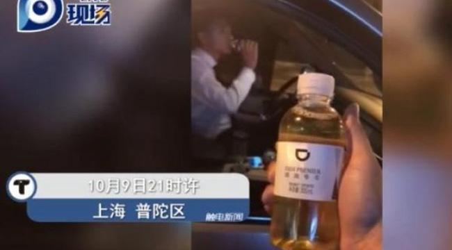 Đi vệ sinh vào chai rồi lười đem vứt, tài xế taxi bị sa thải vì để khách uống nhầm chai nước tiểu của mình-2