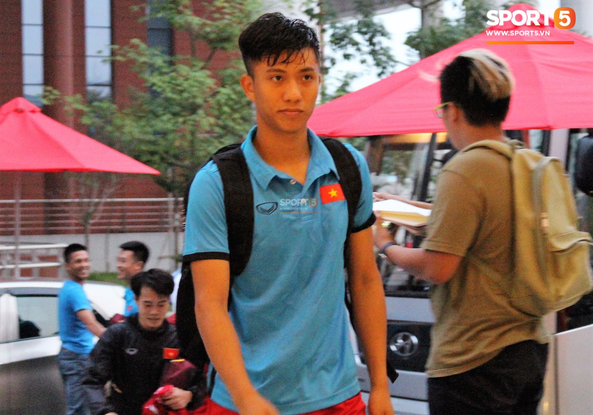 Hà Đức Chinh kêu trời vì đau bụng sau buổi tập đầu tiên cùng đội tuyển Việt Nam chuẩn bị cho AFF Cup 2018-7