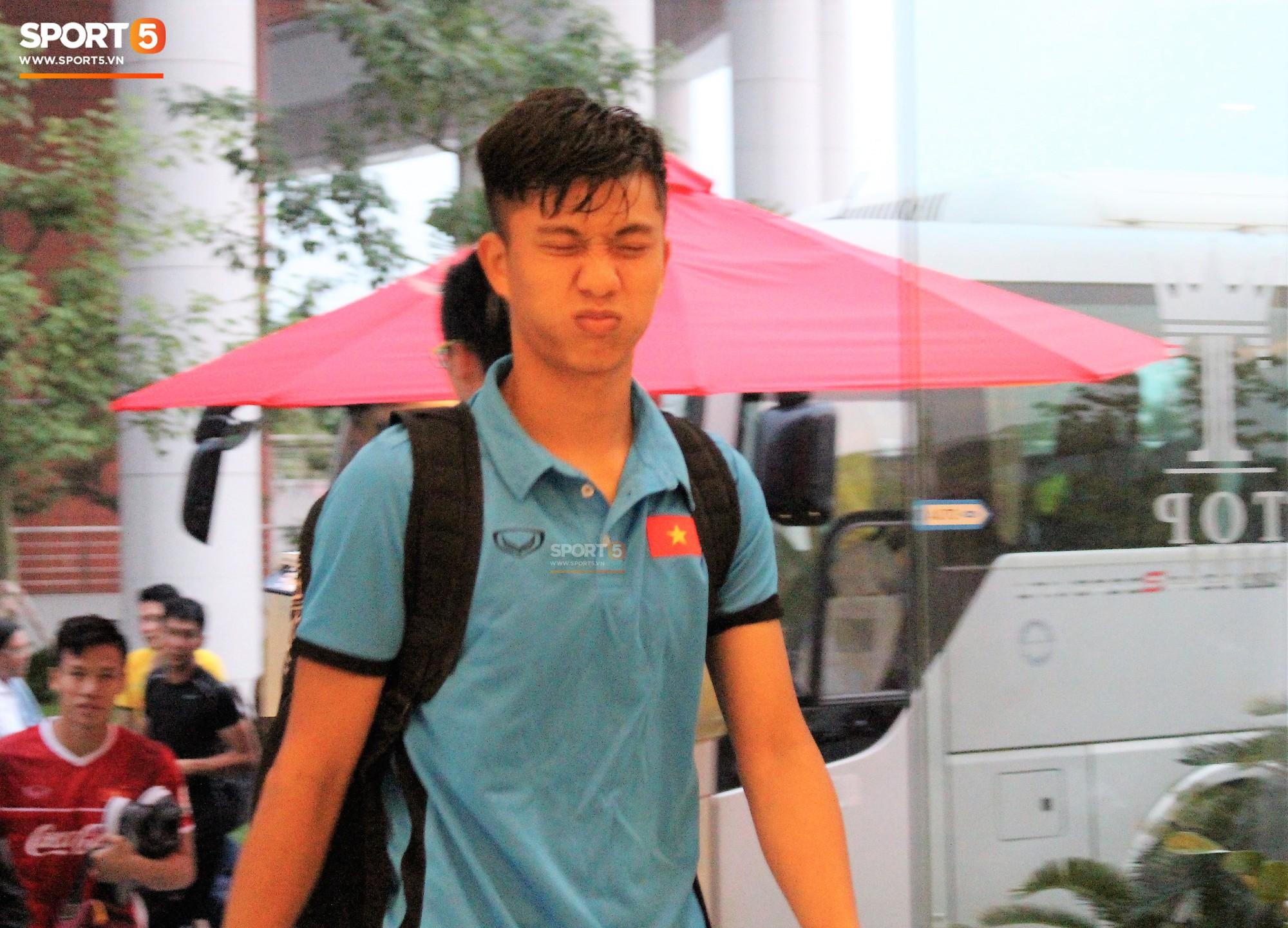 Hà Đức Chinh kêu trời vì đau bụng sau buổi tập đầu tiên cùng đội tuyển Việt Nam chuẩn bị cho AFF Cup 2018-6