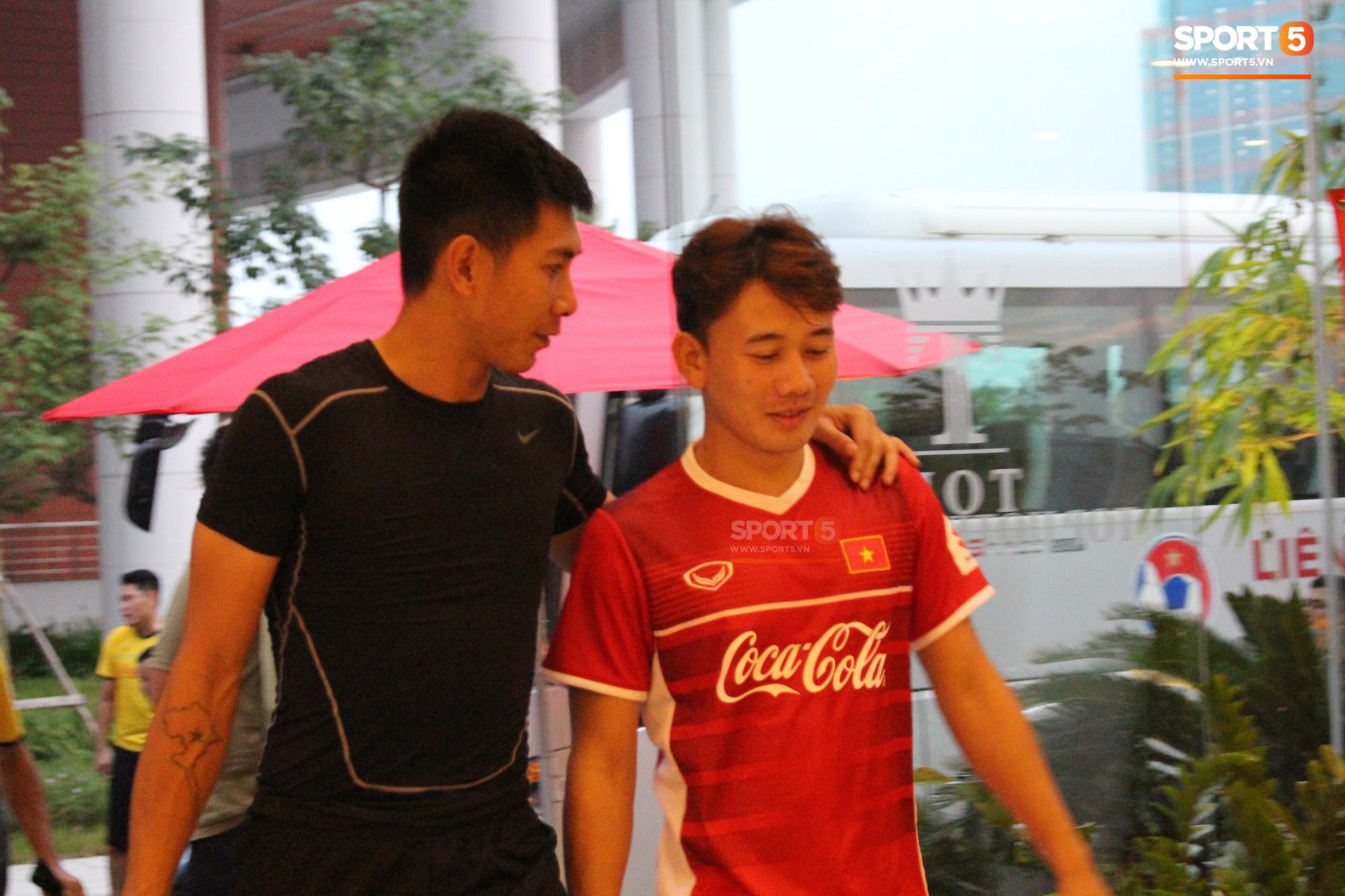 Hà Đức Chinh kêu trời vì đau bụng sau buổi tập đầu tiên cùng đội tuyển Việt Nam chuẩn bị cho AFF Cup 2018-9