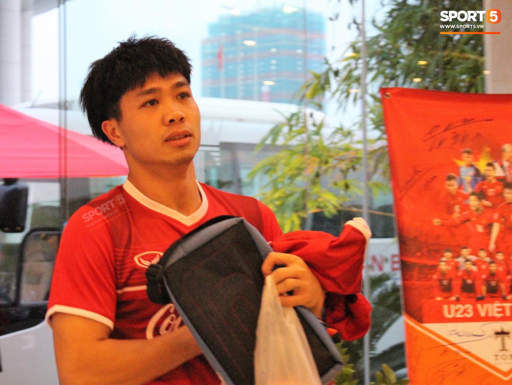 Hà Đức Chinh kêu trời vì đau bụng sau buổi tập đầu tiên cùng đội tuyển Việt Nam chuẩn bị cho AFF Cup 2018-8