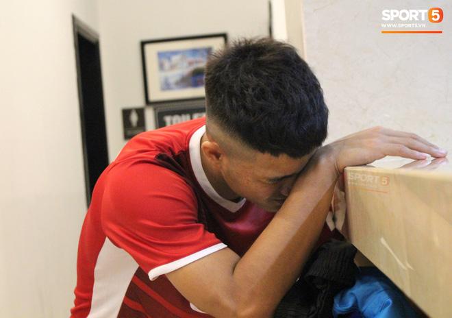 Hà Đức Chinh kêu trời vì đau bụng sau buổi tập đầu tiên cùng đội tuyển Việt Nam chuẩn bị cho AFF Cup 2018-2