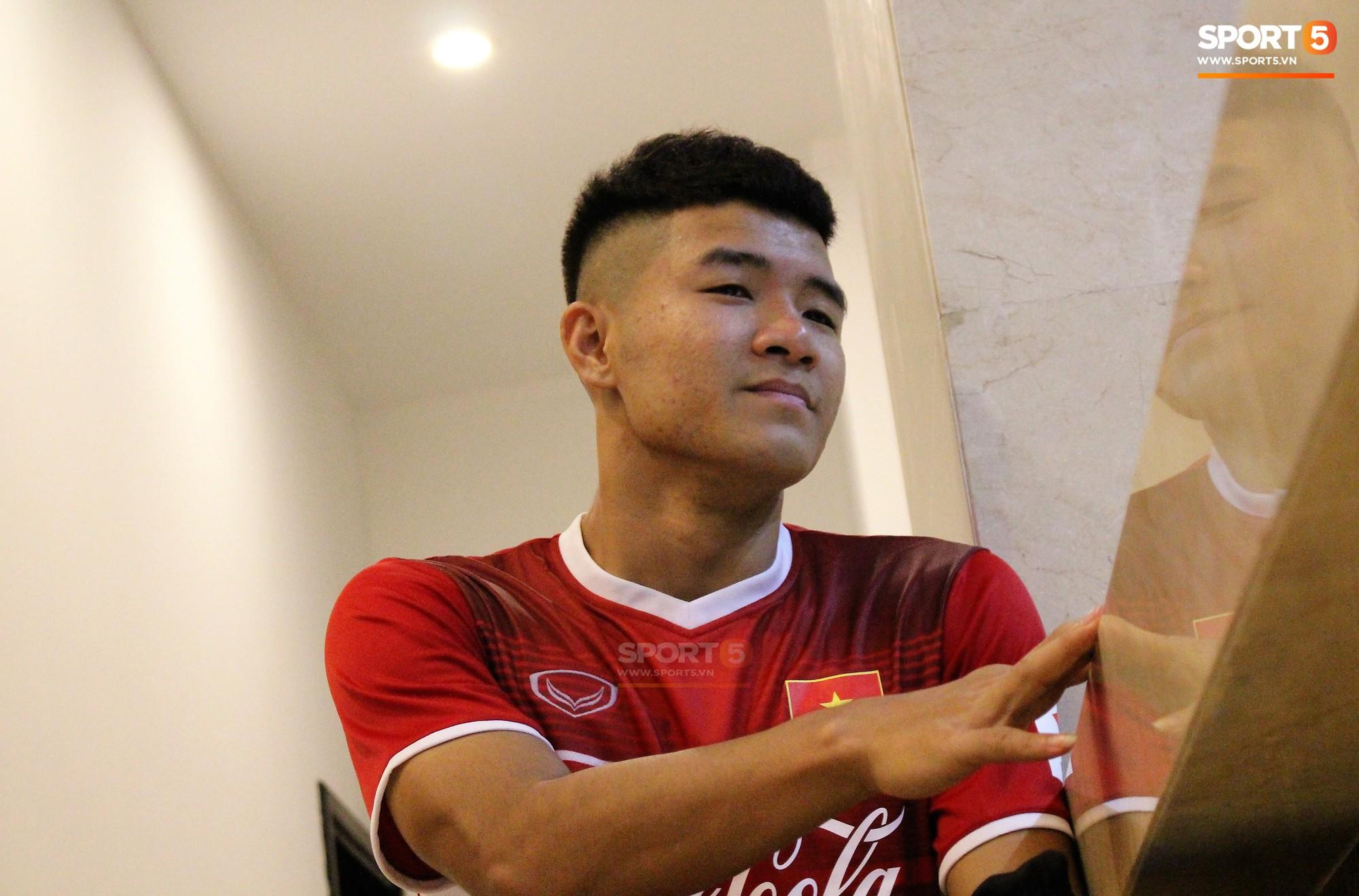 Hà Đức Chinh kêu trời vì đau bụng sau buổi tập đầu tiên cùng đội tuyển Việt Nam chuẩn bị cho AFF Cup 2018-1