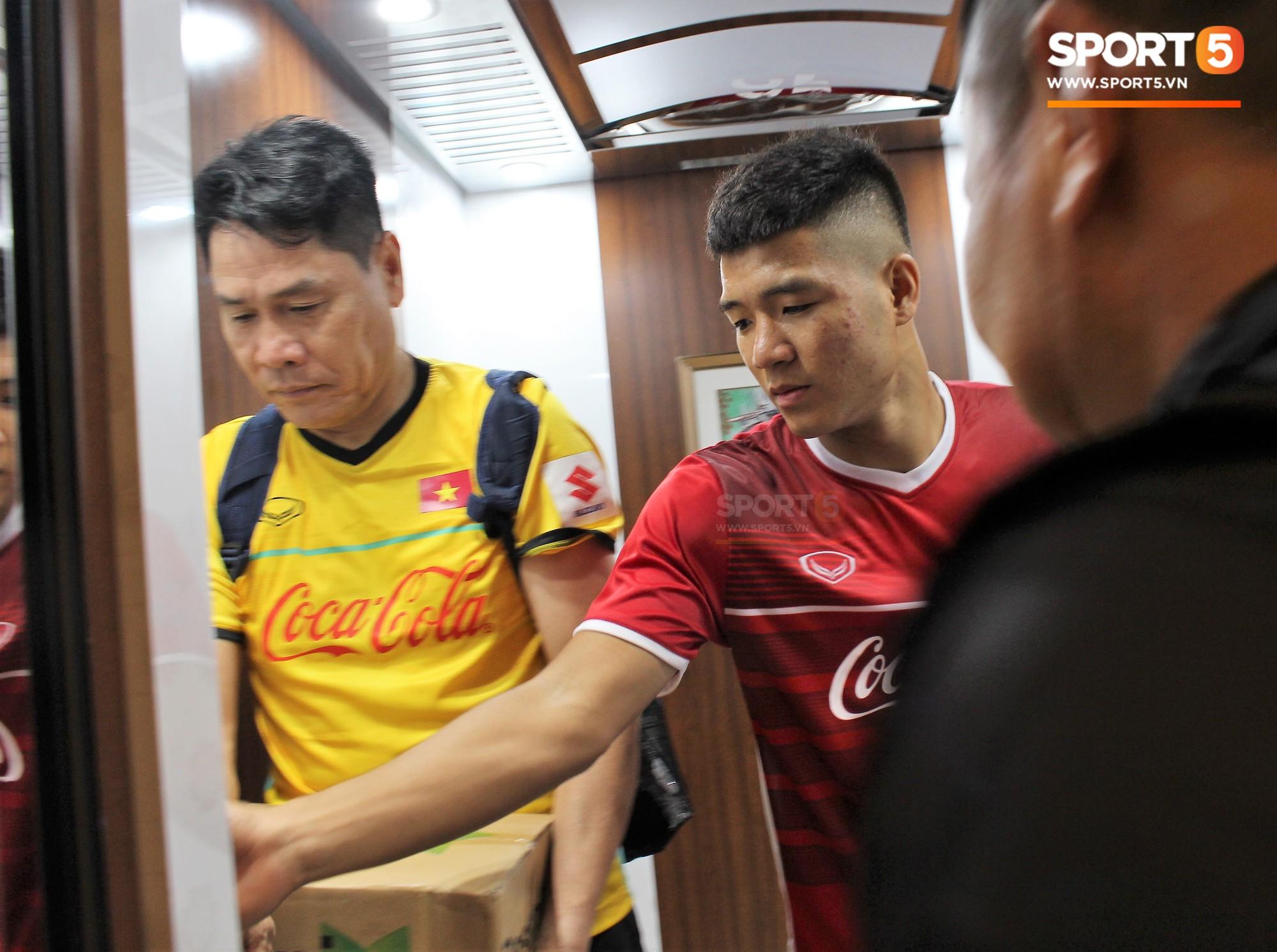 Hà Đức Chinh kêu trời vì đau bụng sau buổi tập đầu tiên cùng đội tuyển Việt Nam chuẩn bị cho AFF Cup 2018-4
