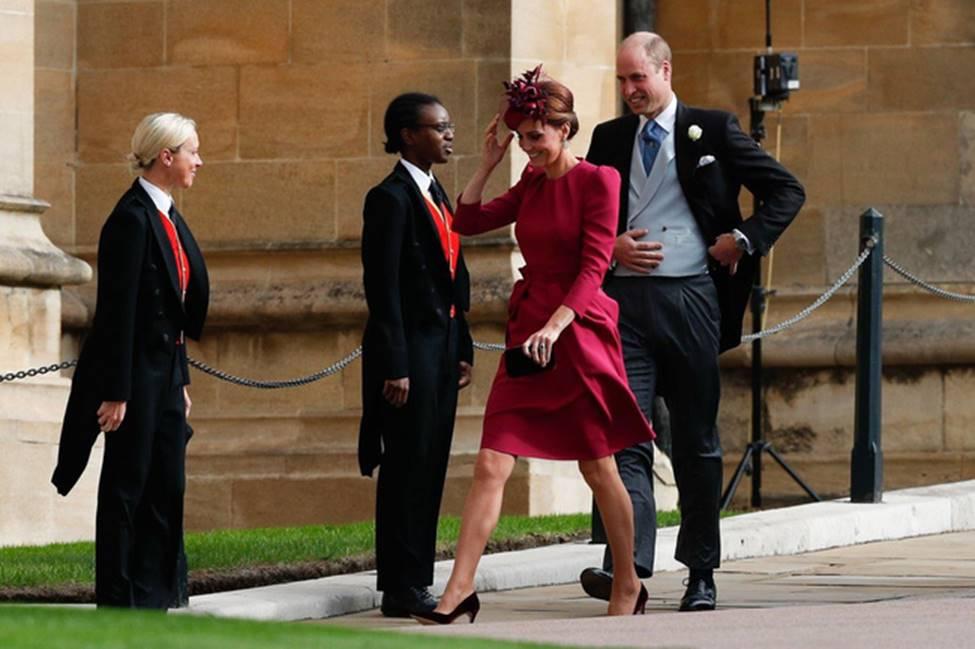 Hoàng tử William và Công nương Kate gây sốt cộng đồng mạng với khoảnh khắc tình tứ tinh tế tại đám cưới em họ-6
