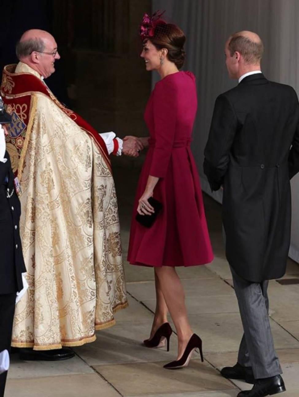 Hoàng tử William và Công nương Kate gây sốt cộng đồng mạng với khoảnh khắc tình tứ tinh tế tại đám cưới em họ-7
