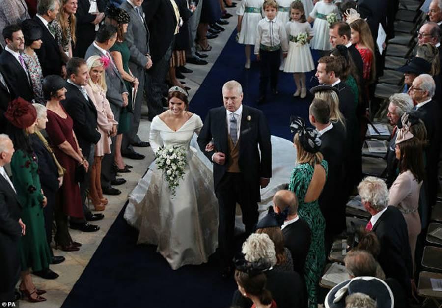 Công nương Kate Middleton và Meghan Markle mặc đồ đối lập trong đám cưới Công chúa Eugenie-1