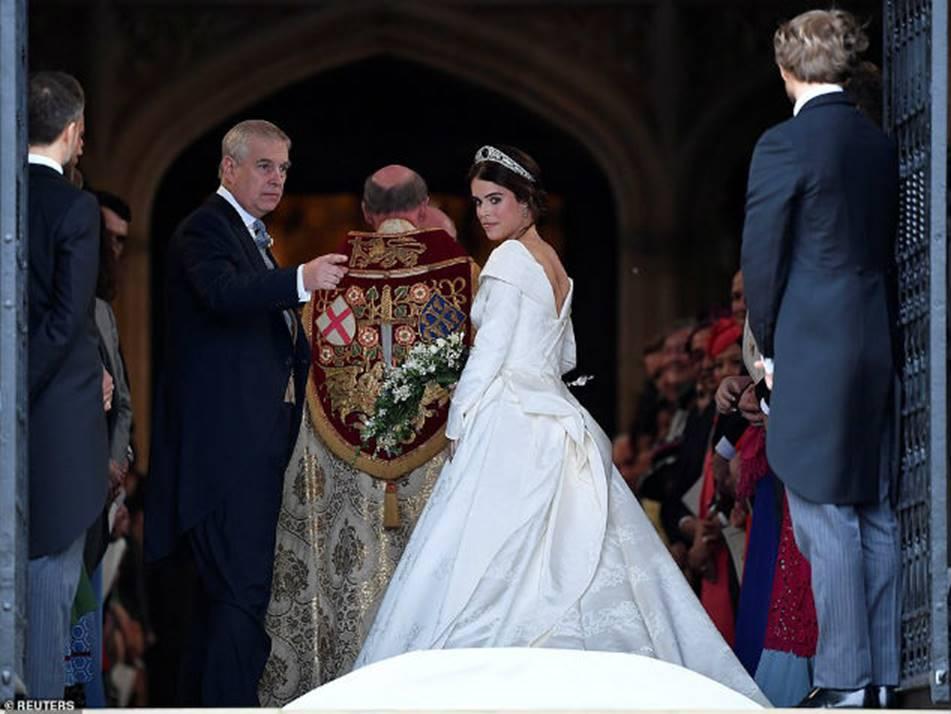 Công nương Kate Middleton và Meghan Markle mặc đồ đối lập trong đám cưới Công chúa Eugenie-2