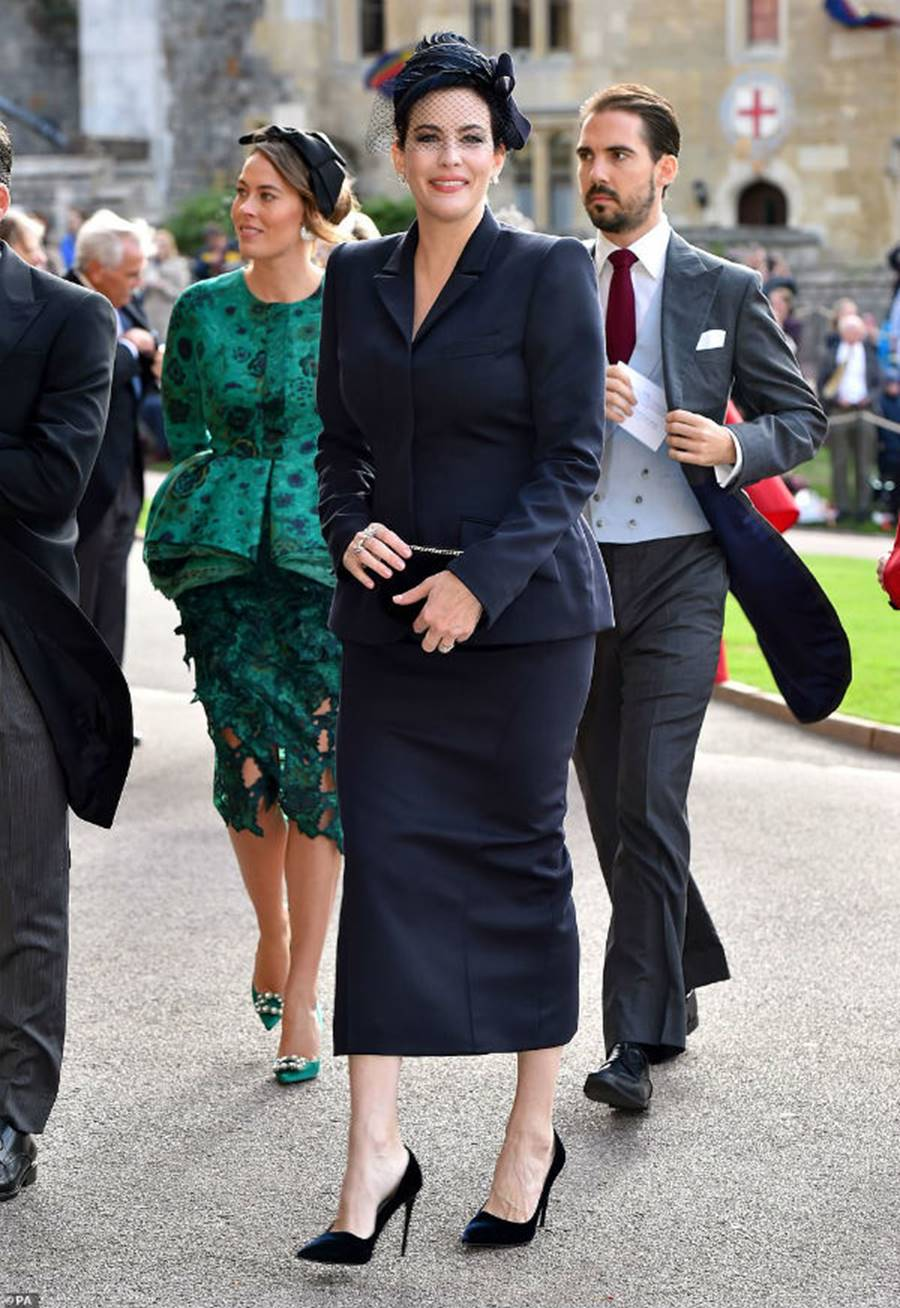 Công nương Kate Middleton và Meghan Markle mặc đồ đối lập trong đám cưới Công chúa Eugenie-13
