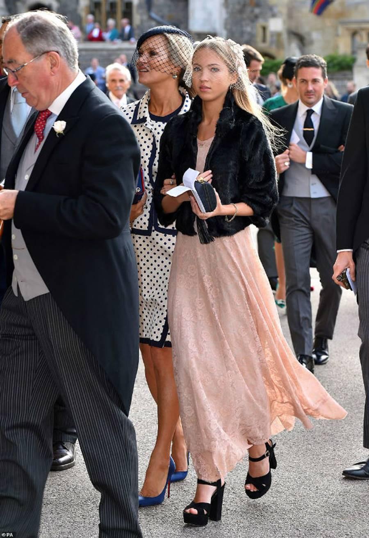 Công nương Kate Middleton và Meghan Markle mặc đồ đối lập trong đám cưới Công chúa Eugenie-15