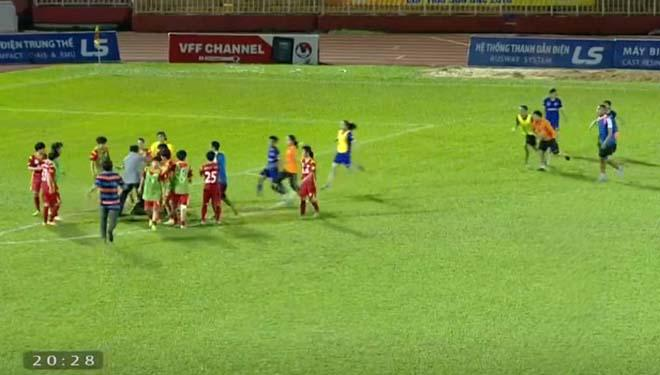 Sững sờ bóng đá Việt Nam: Nữ cầu thủ giở võ ẩu đả trên sóng trực tiếp-1