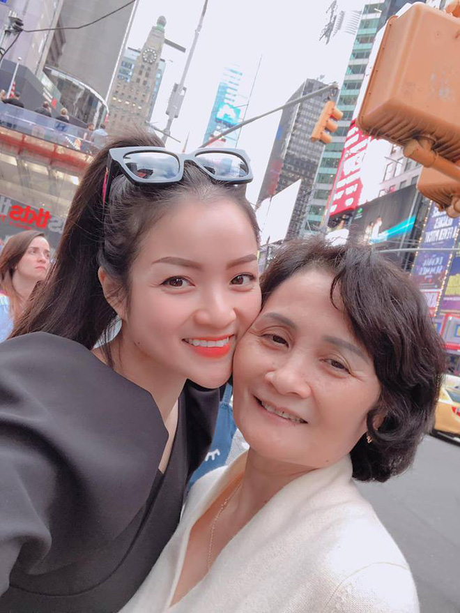 Thủy Top chia sẻ ảnh mẹ ruột giàu có, danh giá và câu nói khiến tim cô thắt lại-4