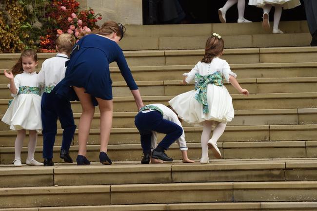 Gió lớn suýt thổi bay dàn phù dâu nhí nhưng hành động của Công chúa Charlotte đậm chất hoàng gia-2
