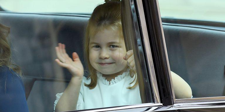 Gió lớn suýt thổi bay dàn phù dâu nhí nhưng hành động của Công chúa Charlotte đậm chất hoàng gia-5