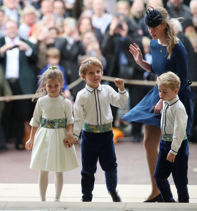 Gió lớn suýt thổi bay dàn phù dâu nhí nhưng hành động của Công chúa Charlotte đậm chất hoàng gia-7