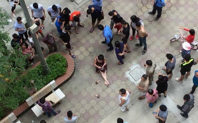 Sau 2 tiếng nổ lớn, người phụ nữ bị thương ngồi bệt xuống sân chung cư-1