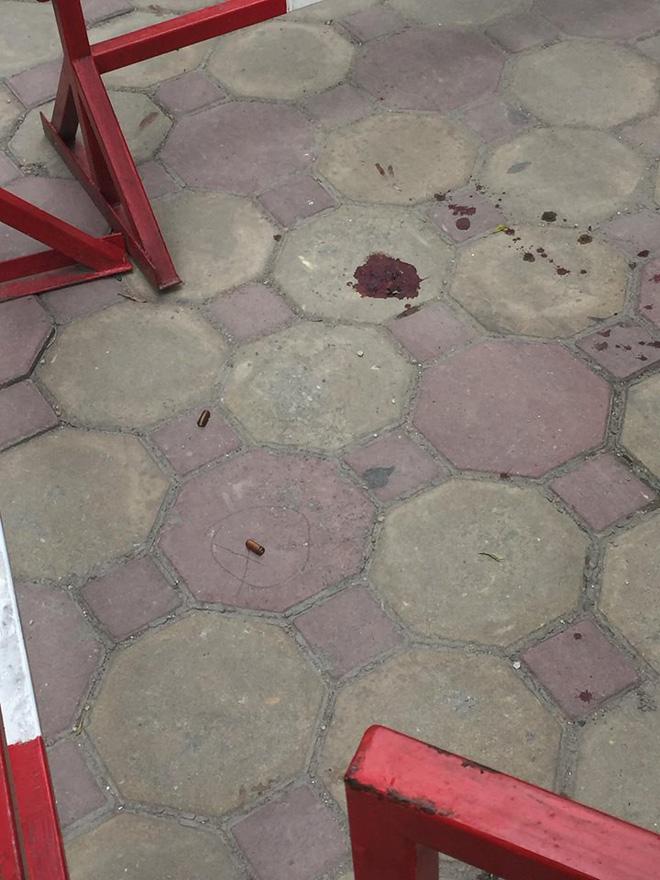 Sau 2 tiếng nổ lớn, người phụ nữ bị thương ngồi bệt xuống sân chung cư-3