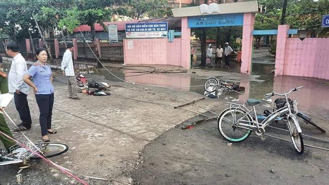 Thương tâm nhóm học sinh bị dây điện rớt trúng khi sét đánh, 2 em chết, 4 em bị thương ngay trước cổng trường-1