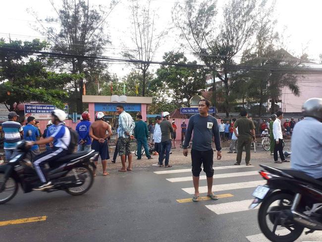 Thương tâm nhóm học sinh bị dây điện rớt trúng khi sét đánh, 2 em chết, 4 em bị thương ngay trước cổng trường-4