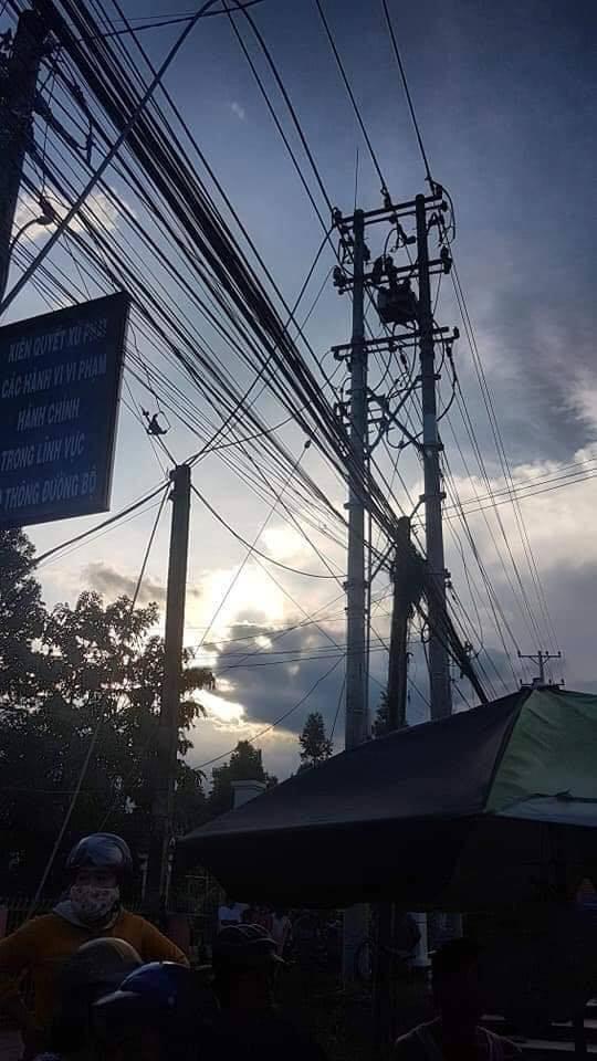 Thương tâm nhóm học sinh bị dây điện rớt trúng khi sét đánh, 2 em chết, 4 em bị thương ngay trước cổng trường-6