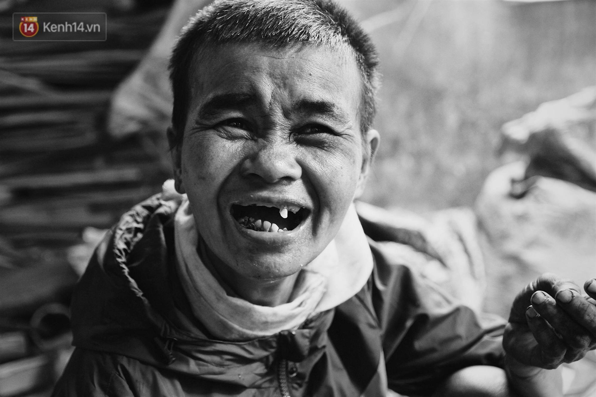 Ở Hà Nội, có một người mẹ mù gần 90 tuổi vẫn ngày đêm chăm đứa con gái điên: Còn sống được lúc nào, thì tôi còn nuôi nó-1