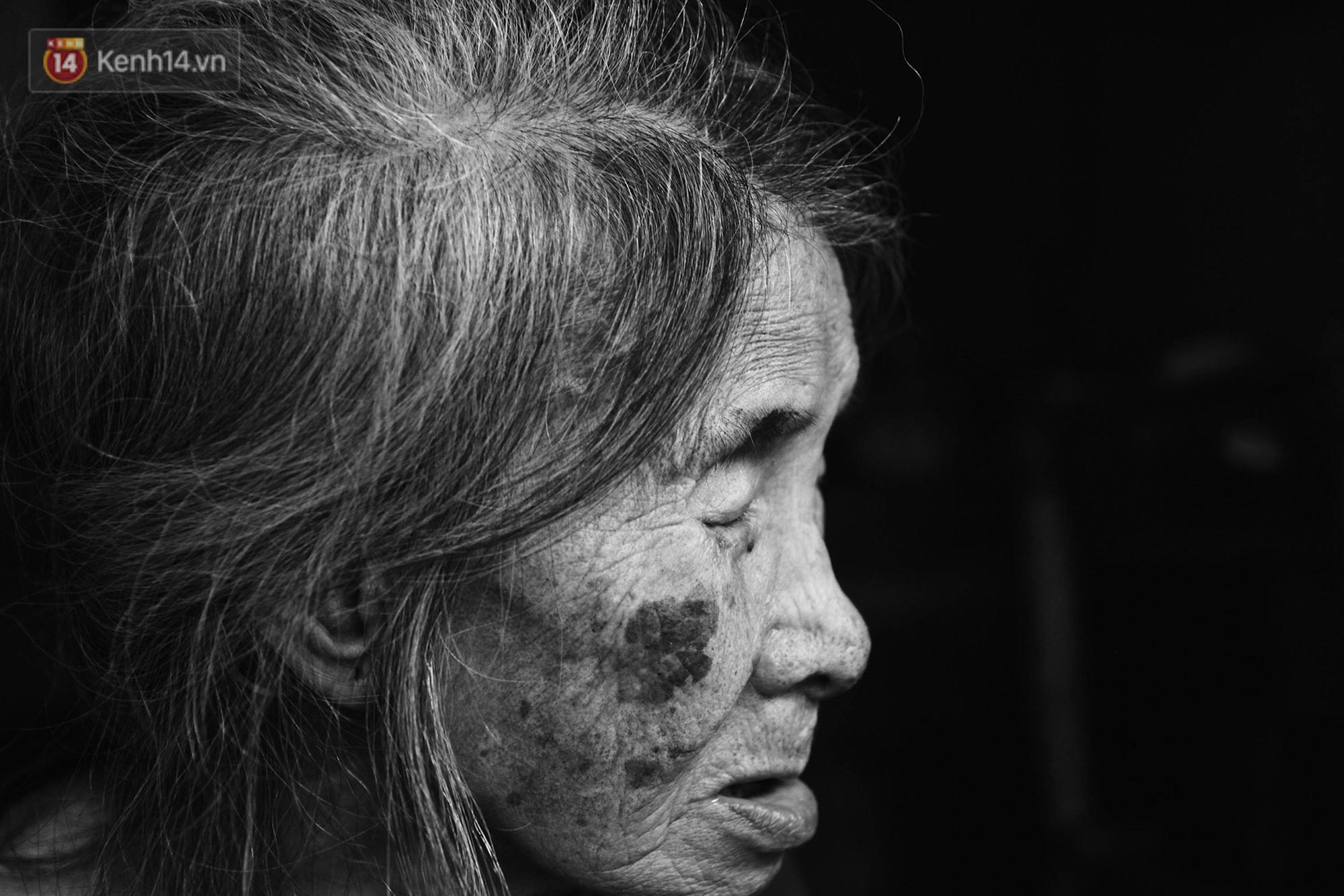 Ở Hà Nội, có một người mẹ mù gần 90 tuổi vẫn ngày đêm chăm đứa con gái điên: Còn sống được lúc nào, thì tôi còn nuôi nó-6