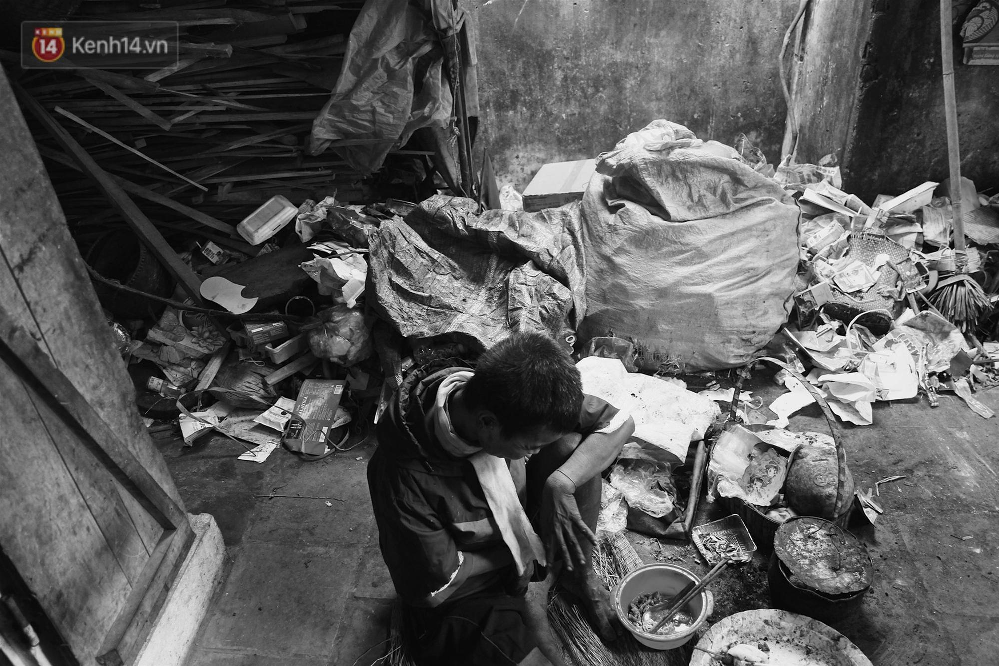 Ở Hà Nội, có một người mẹ mù gần 90 tuổi vẫn ngày đêm chăm đứa con gái điên: Còn sống được lúc nào, thì tôi còn nuôi nó-8