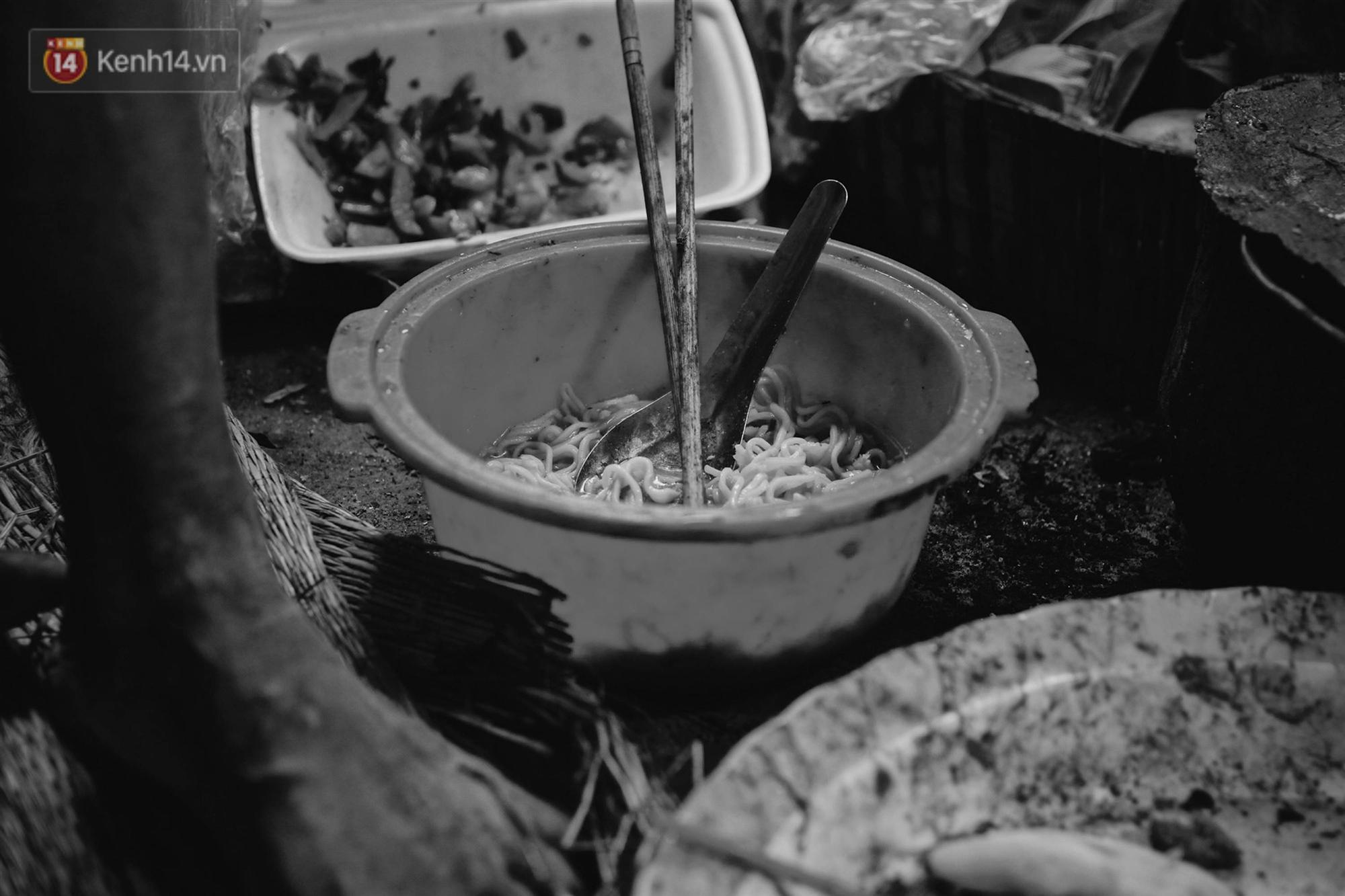 Ở Hà Nội, có một người mẹ mù gần 90 tuổi vẫn ngày đêm chăm đứa con gái điên: Còn sống được lúc nào, thì tôi còn nuôi nó-9