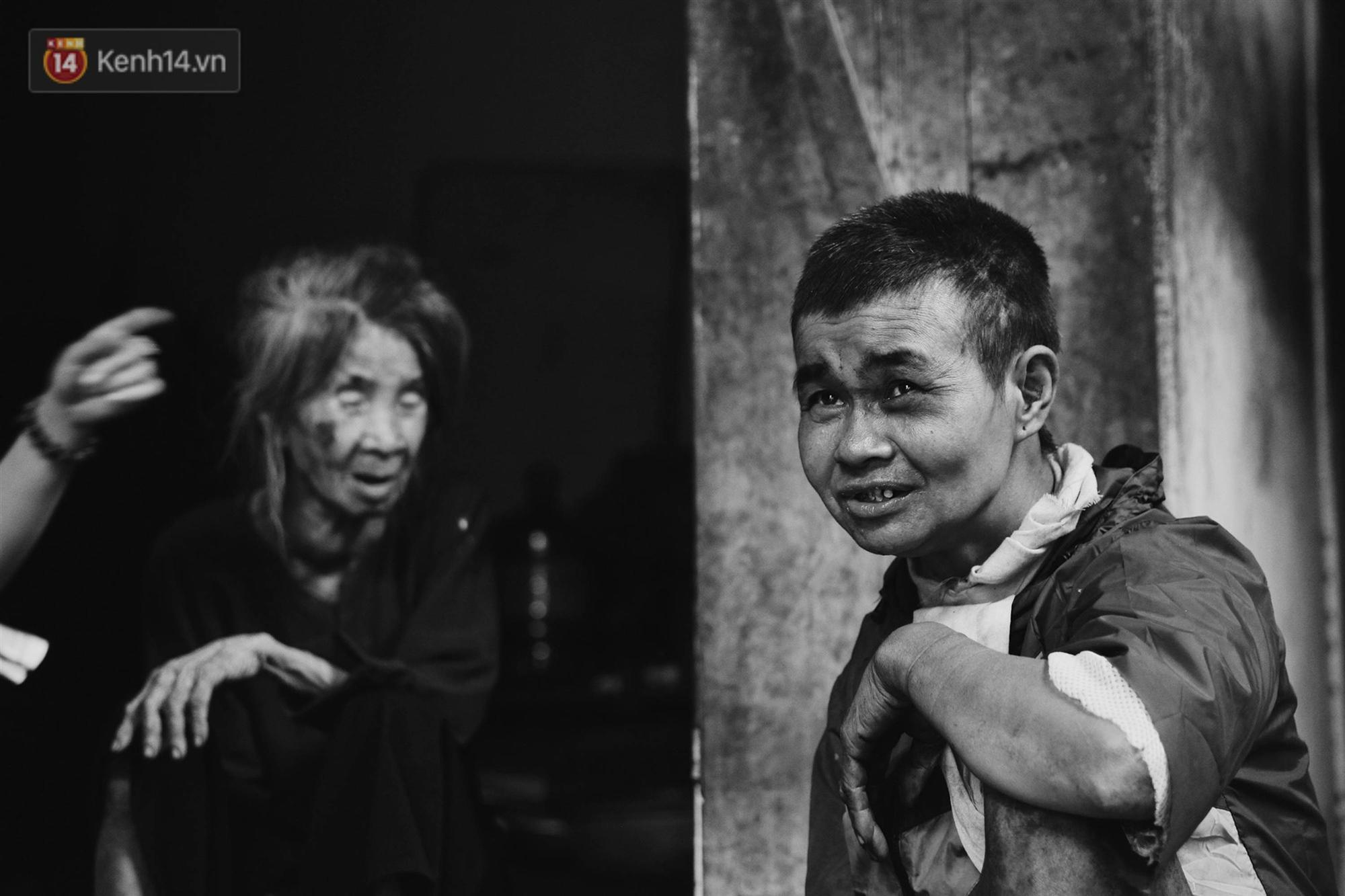 Ở Hà Nội, có một người mẹ mù gần 90 tuổi vẫn ngày đêm chăm đứa con gái điên: Còn sống được lúc nào, thì tôi còn nuôi nó-10