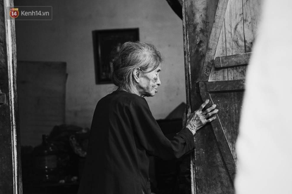 Ở Hà Nội, có một người mẹ mù gần 90 tuổi vẫn ngày đêm chăm đứa con gái điên: Còn sống được lúc nào, thì tôi còn nuôi nó-11