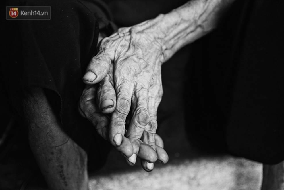 Ở Hà Nội, có một người mẹ mù gần 90 tuổi vẫn ngày đêm chăm đứa con gái điên: Còn sống được lúc nào, thì tôi còn nuôi nó-12