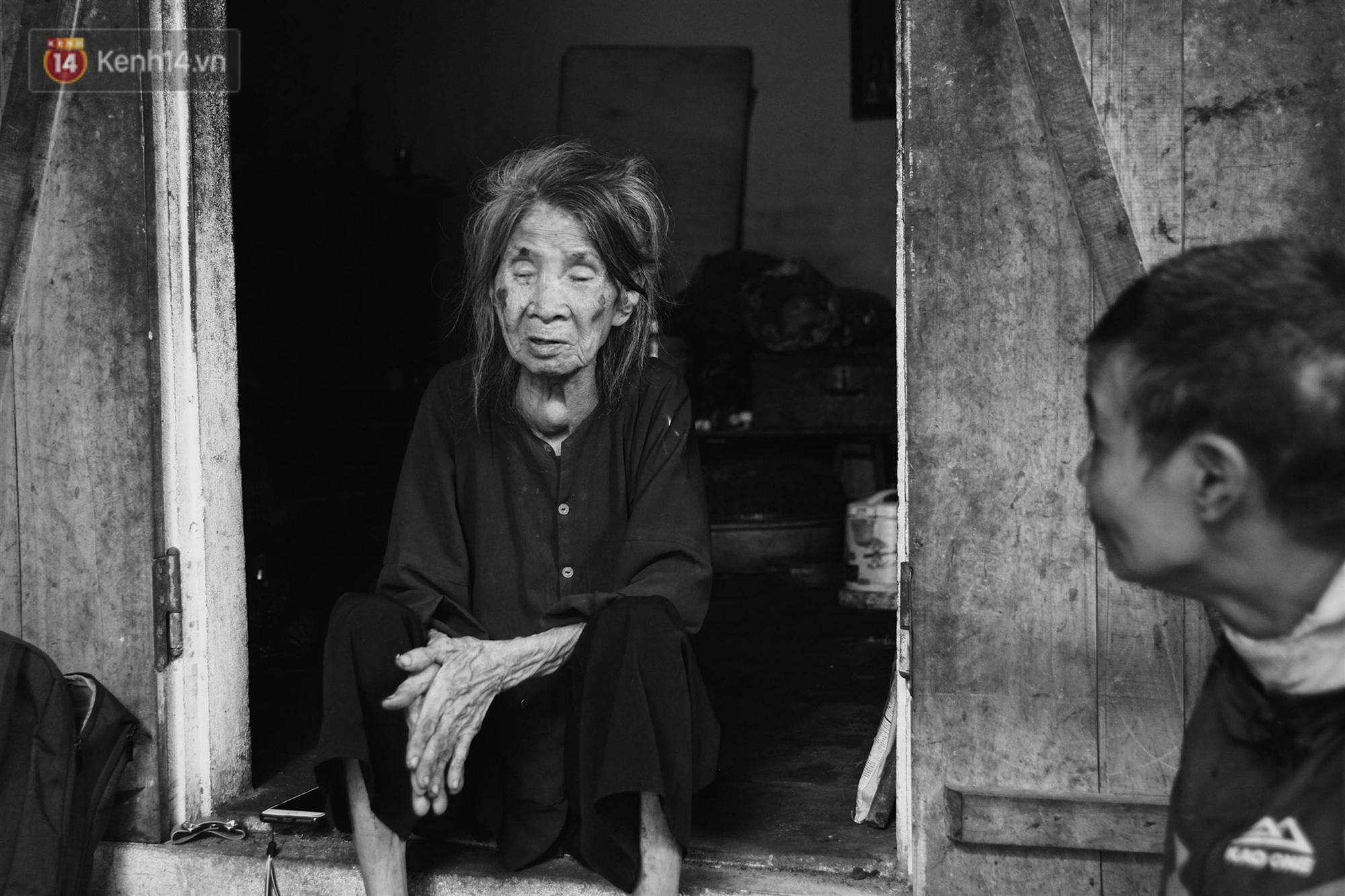 Ở Hà Nội, có một người mẹ mù gần 90 tuổi vẫn ngày đêm chăm đứa con gái điên: Còn sống được lúc nào, thì tôi còn nuôi nó-15