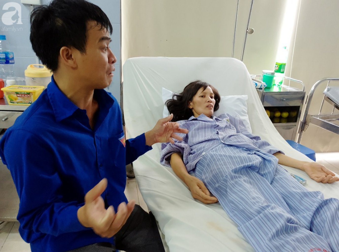 Nam Định: Chàng trai trẻ tàn tật khóc tuyệt vọng khi vợ hơn gNam Định: Chàng trai trẻ tàn tật khóc tuyệt vọng khi vợ hơn gần 10 tuổi lên cơn đau tim mà không tiền chạy chữa-1