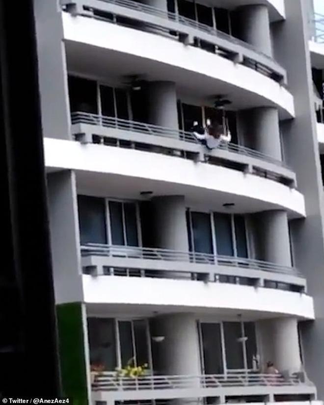 Sốc: Mải chụp ảnh tự sướng, người phụ nữ bị gió thổi trượt chân ngã từ tầng 27 xuống tử vong-2