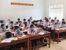 Kỳ lạ, cả lớp học đeo khẩu trang nghe giảng