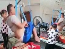 Ứa nước mắt nhìn cảnh bé gái 6 tuổi chăm sóc cho người cha bại liệt