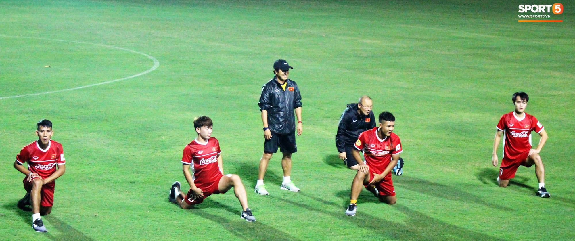 Đức Chinh chạy trốn, Đình Trọng và Minh Vương bị HLV Park Hang Seo lột giày vì không mang tất đúng chuẩn-3